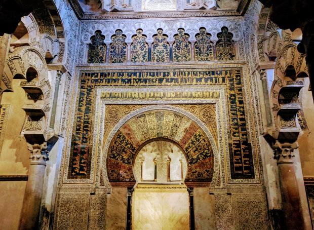 Una porta interna alla Mezquita, rivolta verso La Mecca