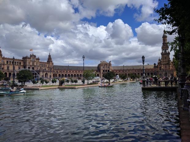 La vista appena sbucati in Plaza Espana a Sevilla