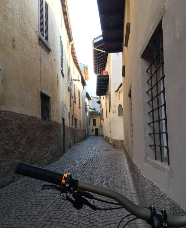 Un vicolo di Morbegno dalla bicicletta