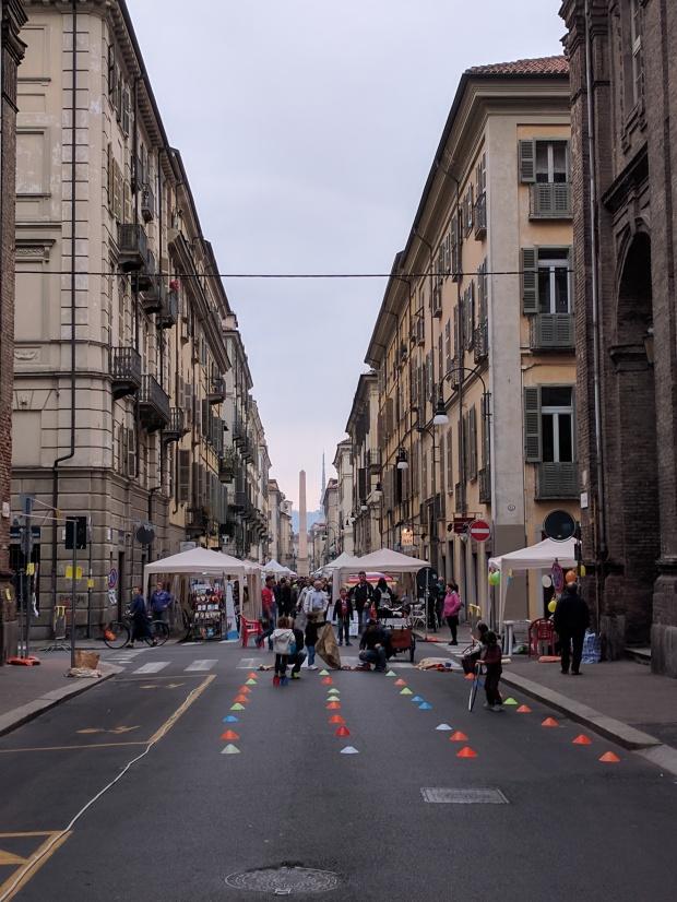 Una via del centro di Torino con sfondo la mole Antoneliana