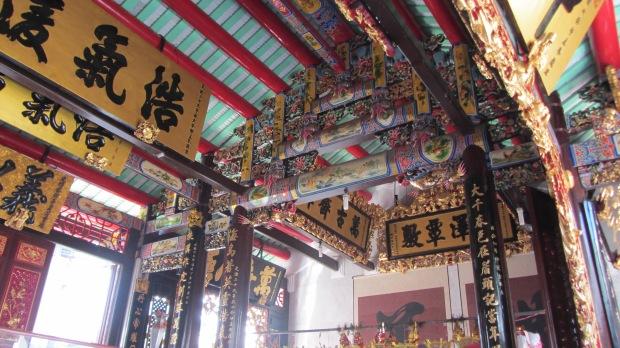 Interno tempio vietnamita dentro