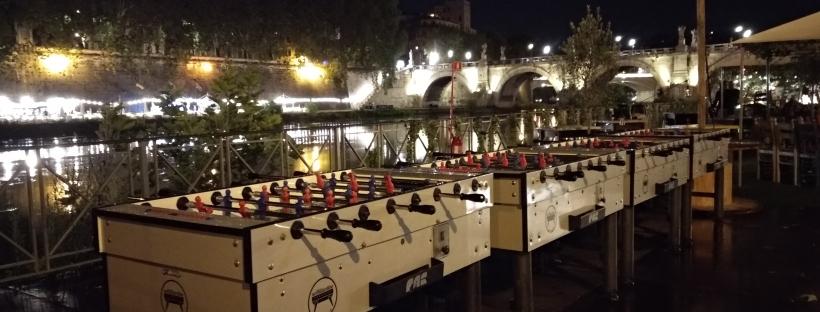 Roma di notte con biliardino in riva al Tevere